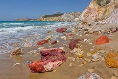 Cores verdadeiras extremas, praia de Fyriplaka, Milos, Greec Fotografia de Stock Royalty Free