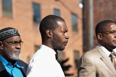 Corey Long con Jeroyd Greene y Malik Zulu Shabazz Arrest en el tribunal de distrito de Charlottesville imágenes de archivo libres de regalías