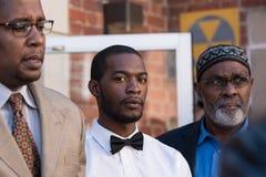 Corey Long mit Rechtsanwälten Malik Zulu Shabazz und Festnahme Jeroyd Greene am Charlottesville-Amtsgericht lizenzfreies stockbild