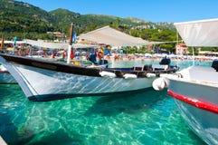 CORFÙ 26 AGOSTO: Le barche sull'acqua sul Palaiokastritsa tirano agosto 26,2014 in secco sull'isola di Corfù, Grecia Fotografie Stock Libere da Diritti
