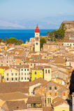 CORFÙ 22 AGOSTO: Vista panoramica la città di Corfù ed il campanile della chiesa di Spyridon del san dalla nuova fortezza corfu Fotografie Stock