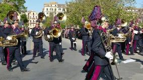 CORFÙ, GRECIA - 7 APRILE 2018: Musicisti filarmonici che giocano nelle celebrazioni di festa di Corfù Pasqua Epitaffio e litania  stock footage