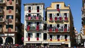 CORFÙ, GRECIA - 7 APRILE 2018: Vasi di argilla del tiro di Corfians dalle finestre e balconi il sabato santo per celebrare la res