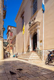 CORFÙ, GRECIA - 1° LUGLIO 2011: Piccioni vicino alla cattedra dell'entrata Fotografia Stock