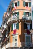 CORFÚ, GRECIA - 30 DE ABRIL DE 2016: Edificios con las banderas rojas en balcones antes de la resurrección Imagen de archivo