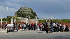 CORFÚ, GRECIA - 6 DE ABRIL DE 2018: Gente que camina cerca de la fortaleza vieja de la ciudad de Corfú, Grecia Celebraciones de P