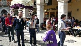 CORFÚ, GRECIA - 6 DE ABRIL DE 2018: Las procesiones del epitafio del Viernes Santo en Corfú Cada iglesia organiza una letanía almacen de video