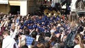 CORFÚ, GRECIA - 7 DE ABRIL DE 2018: Músicos filarmónicos que juegan en celebraciones del día de fiesta de Corfú Pascua almacen de video