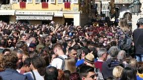 CORFÚ, GRECIA - 7 DE ABRIL DE 2018: Músicos filarmónicos que juegan en celebraciones del día de fiesta de Corfú Pascua almacen de metraje de vídeo