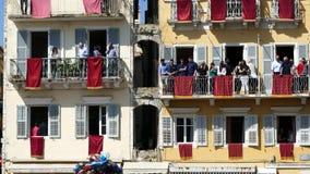 CORFÚ, GRECIA - 7 DE ABRIL DE 2018: Potes de arcilla del tiro de Corfians de ventanas y balcones el sábado santo para celebrar la