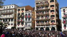 CORFÚ, GRECIA - 7 DE ABRIL DE 2018: Potes de arcilla del tiro de Corfians de ventanas y balcones el sábado santo para celebrar la almacen de video