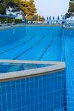 CORFÚ, GRECIA - 12 DE JULIO DE 2011: La piscina grande en el hotel después Imágenes de archivo libres de regalías