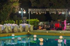 CORFÚ, GRECIA - 10 DE JULIO DE 2011: Restaurante para G que espera del aire abierto Imagen de archivo libre de regalías