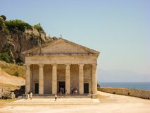Corfú, Grecia - 9 de junio de 2013: iglesia turística del ` s de San Jorge que visita situada dentro de la fortaleza veneciana vi foto de archivo libre de regalías