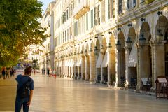 Corfú, Grecia, el 18 de octubre de 2018, el Liston es un edificio famoso en el cuadrado de Spianada que atrae a turistas fotos de archivo