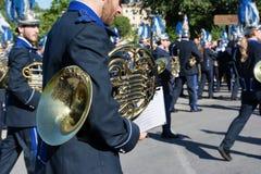 CORFÚ, GRECIA - 30 DE ABRIL DE 2016: Músicos filarmónicos que juegan en celebraciones del día de fiesta de Corfú Pascua Fotos de archivo libres de regalías