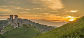 Corfe城堡有金黄日落的多西特英国 库存照片
