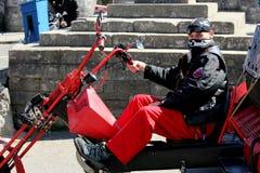 Corfe, Αγγλία - 3 Ιουνίου 2018: Σημάνετε ποδηλάτης σε μια μοτοσικλέτα μπαλτάδων trike, που φορά το Μαύρο και το κόκκινο, με τα ba στοκ εικόνες