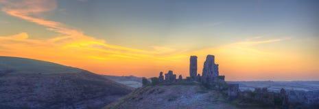 Corfe城堡冬天日出黎明前colourburst。 库存图片