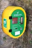 Corfe, Dorset, het UK - Jun 03 2018: Openbaar toegankelijk geautomatiseerd extern defibrillator AED op een steenmuur, voor noodge stock afbeeldingen
