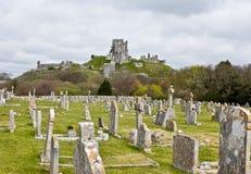 Corfe Schloss u. Friedhof, Dorset stockfotografie