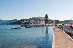 CORFOU 22 AOÛT : Lagune de Chalikiopoulou avec le monastère de Vlacheraina en août 22,2014 sur l'île de Corfou, Grèce Image libre de droits