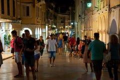 CORFOU 25 AOÛT : Les touristes marchent la nuit Kerkyra le 25 août 2014 dans la ville de Kerkyra sur l'île de Corfou, Grèce Photo libre de droits