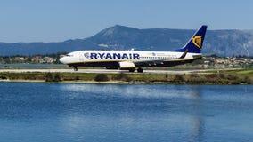 CORFOU, GRÈCE - 8 AVRIL 2018 : L'avion moderne de passager des lignes aériennes de Ryanair sur la piste avant décollent dans l'aé Photos libres de droits