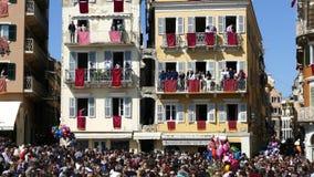 CORFOU, GRÈCE - 7 AVRIL 2018 : Pots d'argile de jet de Corfians des fenêtres et balcons samedi saint pour célébrer la résurrectio clips vidéos