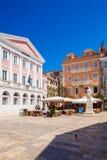 CORFOU, GRÈCE - 1ER JUILLET 2011 : Repos de touristes dans un café extérieur i Photo stock