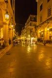 CORFOU, GRÈCE - 12 JUILLET 2011 : La vie de nuit animée sur le PED principal Photo libre de droits