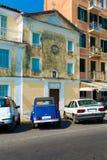 典型的大厦和减速火箭的汽车, Corfu 免版税库存图片