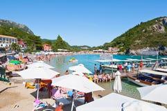 CORFU-AUGUST 26 :Palaiokastritsa海滩的看法,晒日光浴在海滩在科孚岛,希腊的8月26,2014的假日游客 Palaiok 免版税库存图片
