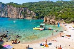 CORFU-AUGUST 26 :Palaiokastritsa海滩,游人在8月26,2014的海滩晒日光浴在科孚岛,希腊 图库摄影