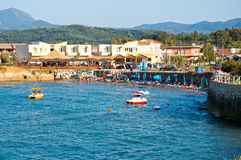 CORFU-AUGUST 26 :Sidary手段,在沙滩的人sunbath在科孚岛海岛,希腊上的8月26,2014 免版税图库摄影