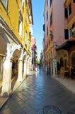 CORFU-AUGUST 27: Kerkyra zwęża się ulicę w starym miasteczku z rzędem pamiątka sklepy na Sierpień 27, 2014 na Corfu wyspie, Grecj Fotografia Royalty Free