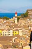 CORFU-AUGUST 22: Panoramautsikten staden av Korfu och klockatornet av den Sanka Spyridonen kyrktar från den nya fästningen corfu Arkivfoton