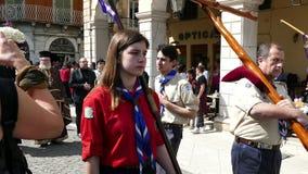 CORFU, GRÉCIA - 6 DE ABRIL DE 2018: As procissões do epitáfio do Sexta-feira Santa em Corfu Cada igreja organiza um litania filme
