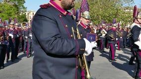 CORFU, GRÉCIA - 7 DE ABRIL DE 2018: Músicos filarmônicos que jogam em celebrações do feriado da Páscoa de Corfu Litania de St Spy filme