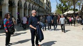 CORFU, GRÉCIA - 6 DE ABRIL DE 2018: Povos de passeio no quadrado de Spianada da cidade de Corfu, Grécia Rua pedestre principal Li