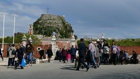 CORFU, GRÉCIA - 6 DE ABRIL DE 2018: Povos de passeio perto da fortaleza velha da cidade de Corfu, Grécia Celebrações da Páscoa