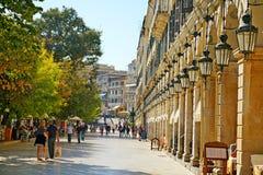 CORFU, GRÉCIA, O 18 DE OUTUBRO DE 2018, os turistas e os locals relaxam no centro da cidade perto do palácio de Liston imagens de stock