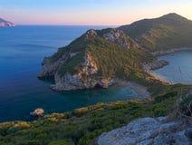 Corfu, Grécia, Porto Timoni Vista da praia e da baía dobro as mais famosas em Afionas do ponto de vista no trajeto imagens de stock royalty free