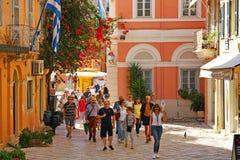 CORFU, GRECJA, 18 2018, turyści bierze wycieczkę turysyczną miasto towarzyszący przewdonikiem fotografia stock