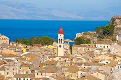 Corfu miasto i dzwonkowy wierza Świątobliwy Spyridon kościół od Nowego fortecy na Sierpień na Corfu wyspie, Grecja Zdjęcie Stock