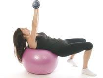 corhanteln som övar kondition, weights kvinnan royaltyfri bild