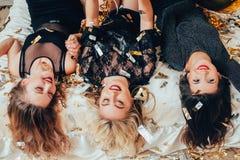 Coriandoli capovolti di menzogne di gioia del ritrovo delle donne fotografia stock