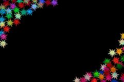 Coriandoli colorati delle stelle sul nero Illustrazione Vettoriale