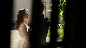 Coriandoli del tiro ad una giovane coppia felice video d archivio