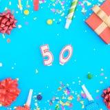 Coriandoli del vario partito, palloni, contenitore di regalo e numero 50 Fotografia Stock Libera da Diritti